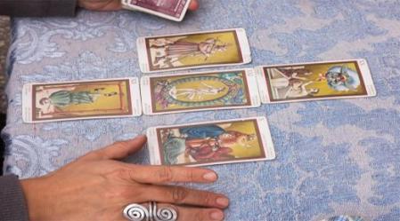 קלפי טארוט נחשבים לכלי לחיזוי העתיד. השואל, אדם המחפש תשובות לשאלות אישיות פונה לקורא, המפרש את הקלפים.
