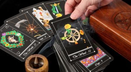 קלף הגלגל מייצג את מחזור החיים.