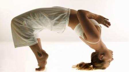 """אנרגיית הקונדליני """"שאקטי"""" מונחת רדומה בתחתית עמוד השדרה. כאשר נתרגל יוגה נוכל """"להעיר"""" אותה."""