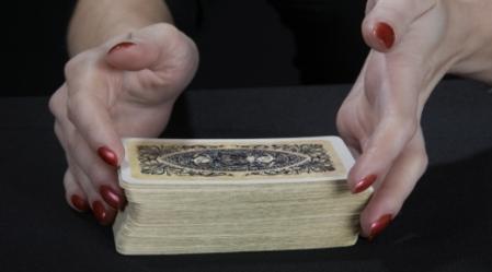 קלפי הטארוט הנם מערכת בת 78 קלפים  אשר מקורה לוטה בערפל.
